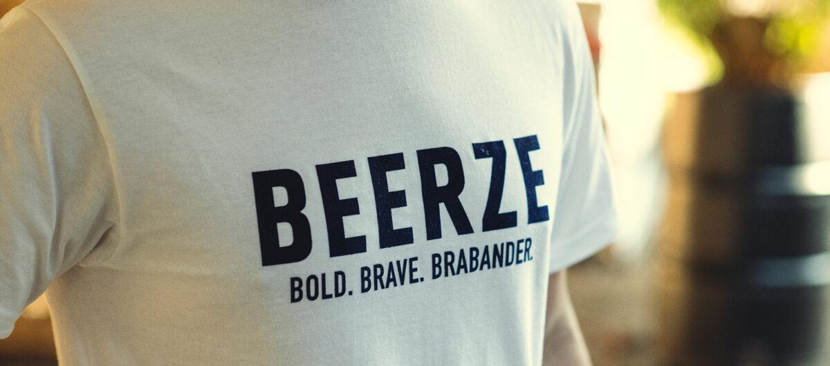 Beerze-shirt-wit-Brabander-blauw-close-up-1-Willem-Jan-2400x1060